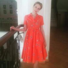 Александра в оранжевом платье на вечеринке по поводу свадьбы