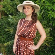 Юлия в коричневом платье в горох
