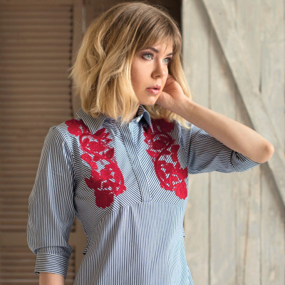 Платье-рубашка из хлопка с алой вышивкой на груди
