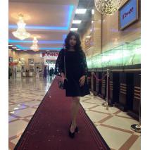Настя на вечеринке в черном мини-платье