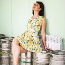 Лариса в жёлтом цветочном платье в необычной фотосессии