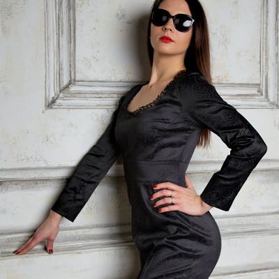 Чёрное платье-футляр с декольте купить недорого